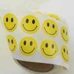 Smiley klistermärken på rulle i 500-pack